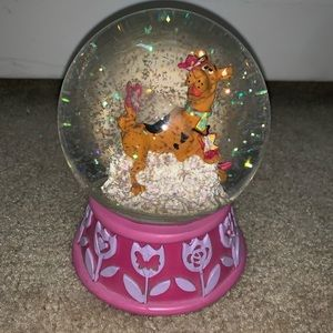 Scooby doo snow globe